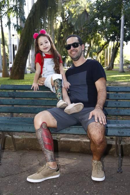 Pai faz tatuagem na perna