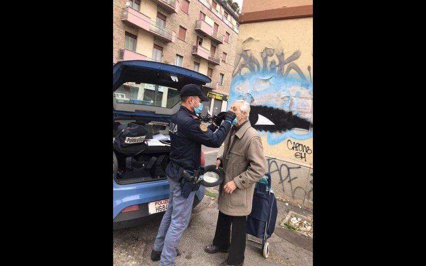 Policia ajuda idoso a colocar máscara