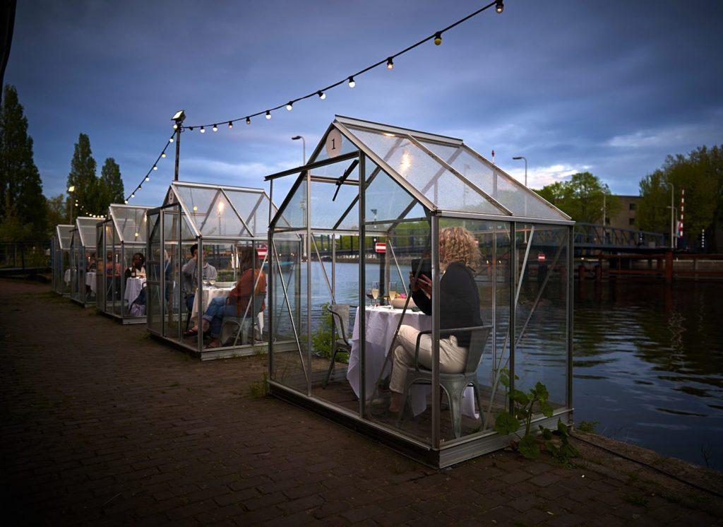 Restaurante holandês serve jantar numa cabine de vidro.